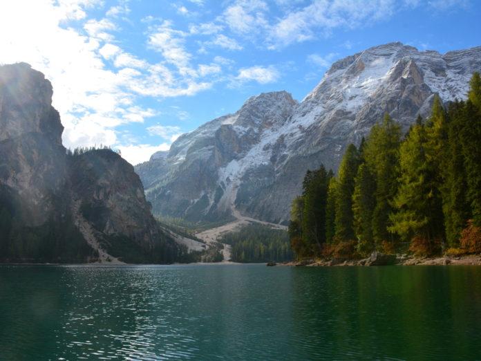 Il lago di Braies circondato dalle montagne è fra i laghi inseriti nell'elenco delle aree protette (Foto: Appa Bolzano)