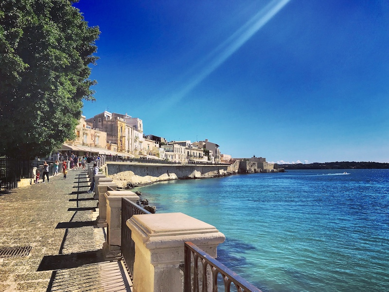 Sospesa tra il cielo e mare: Siracusa