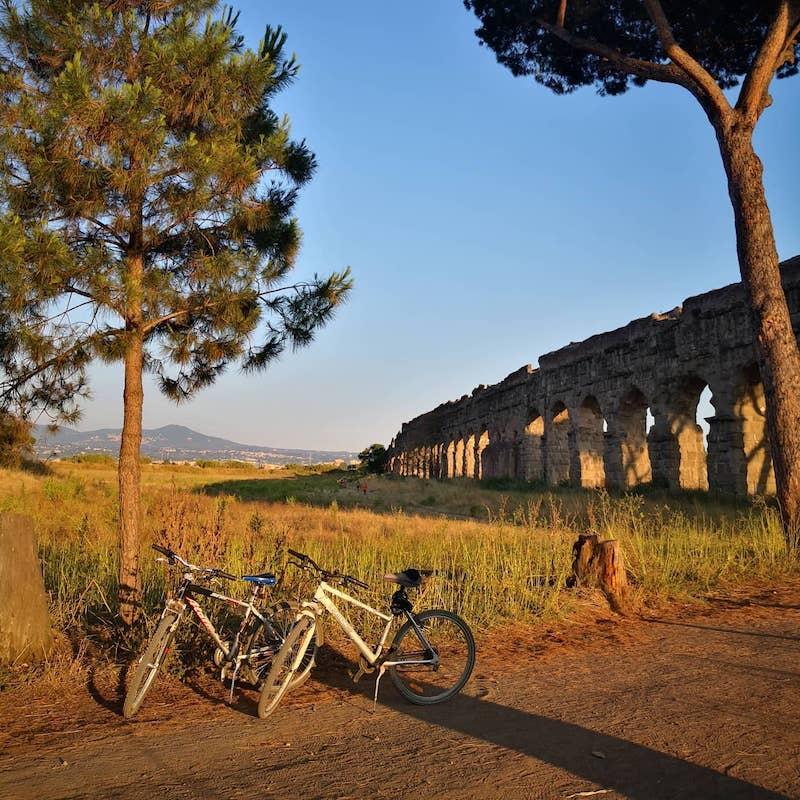 In bicicletta al tramonto al Parco degli Acquedotti