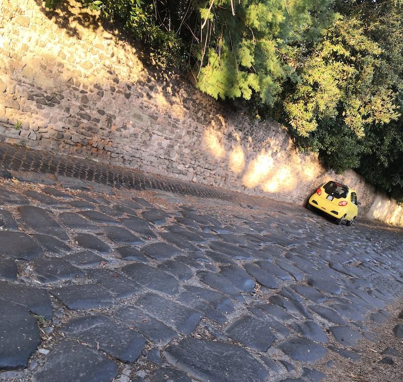 Mobilità insostenibile - Sul marciapiede sull'Appia Antica