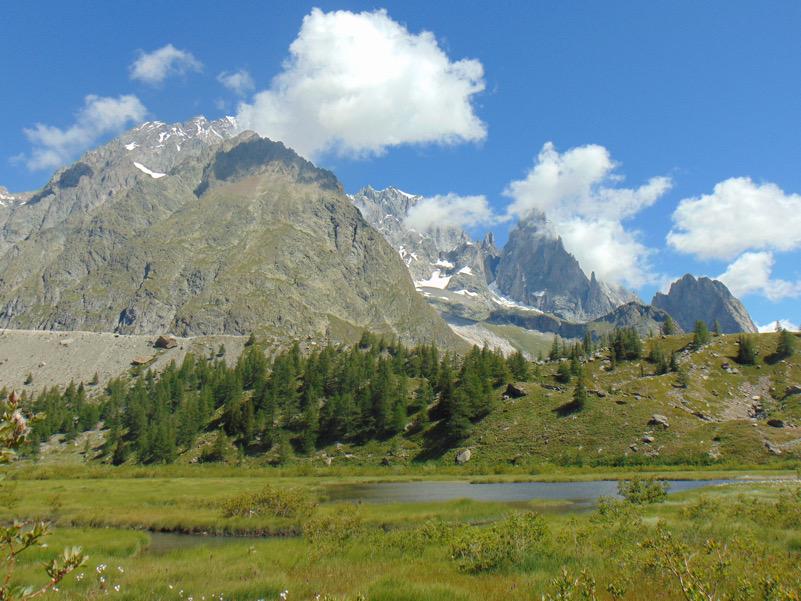 Lac Combal ai piedi della catena del Monte Bianco