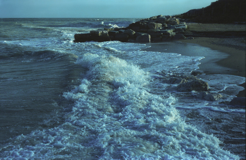 La bellezza delle onde che rompono sugli scogli
