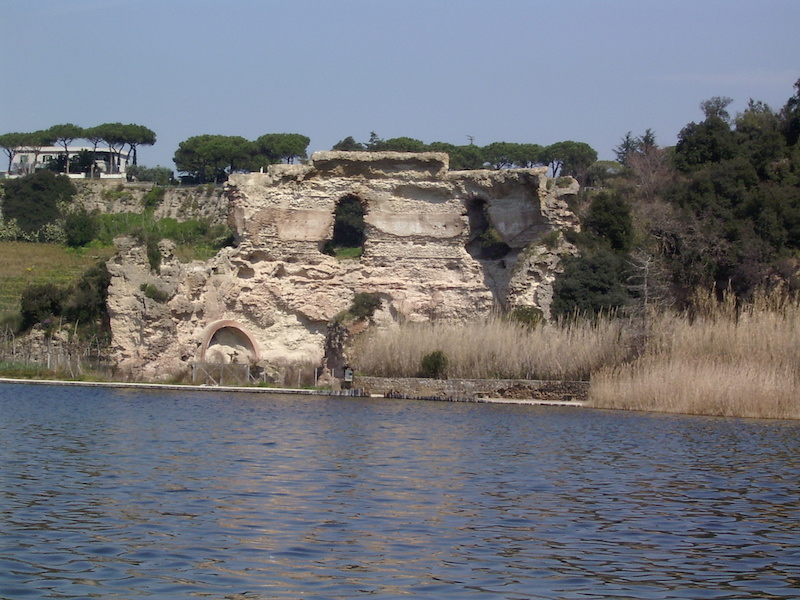 Il lago d'Averno nel Parco Regionale dei Campi Flegrei, veduta con Tempio di Apollo