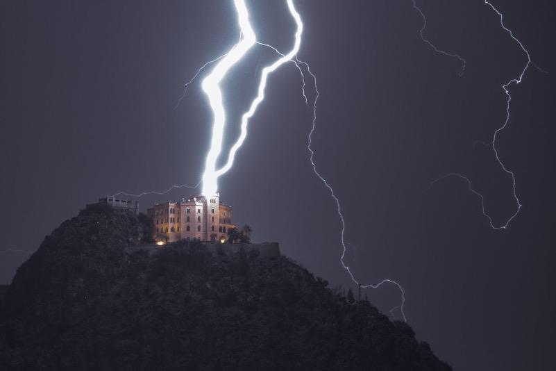 Il castello Utveggio di Monte Pellegrino a Palermo colpito da un fulmine