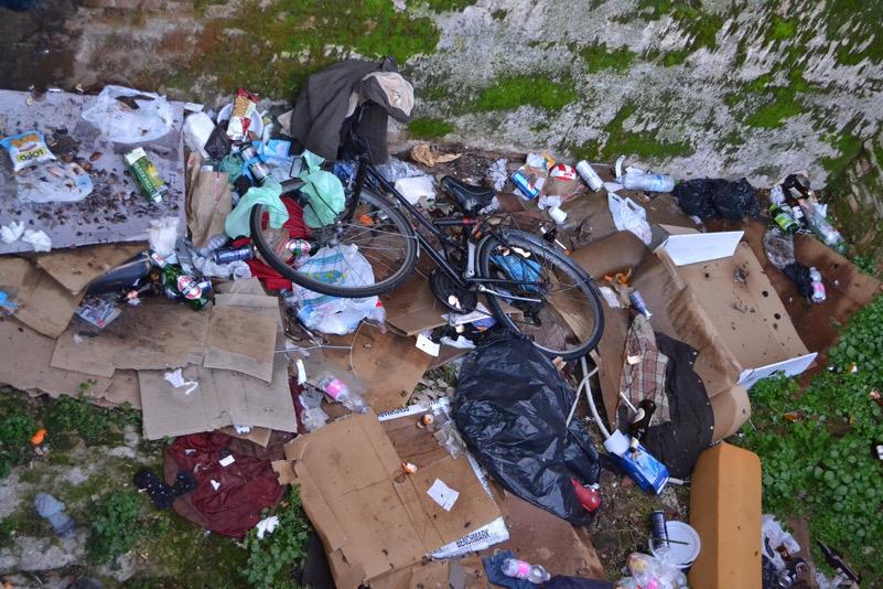 rifiuti in centro città bologna sotto porta Galliera
