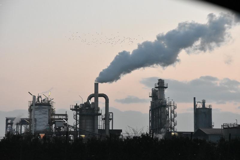 Faenza la fabbrica vista dalla autostrada ,fumo che puzza a kilometri