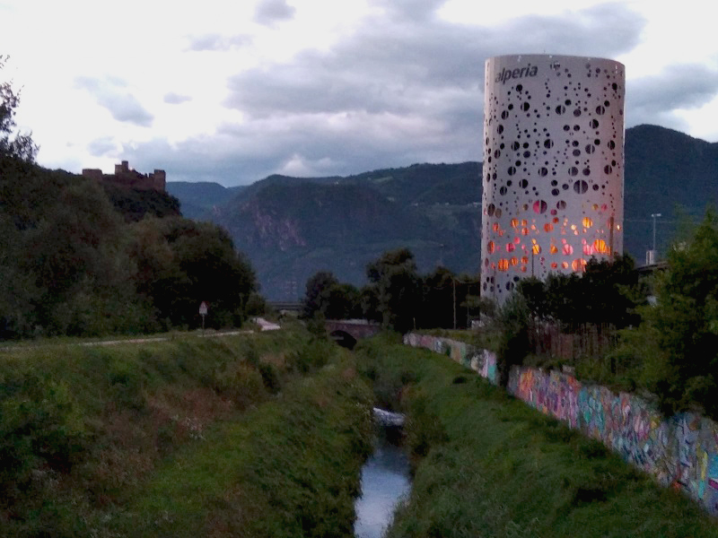 Antichi e nuovi feudi: Castel Firmiano e serbatoio di accumulo calore Alperia (Bolzano)