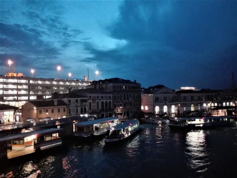 A Piazzale Roma si fa sera