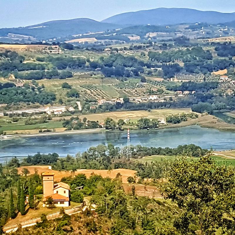 Veduta dall'alto del Lago di San Liberato (Narni), habitat di grande valenza naturalistica nonostante la forte antropizzazione.