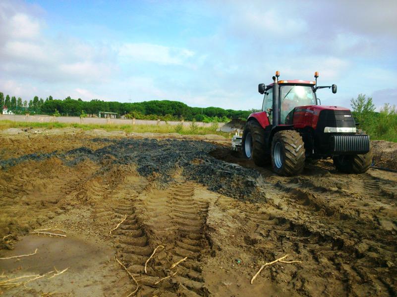 Aratura di un suolo contaminato per l'esecuzione di un test pilota di bonifica