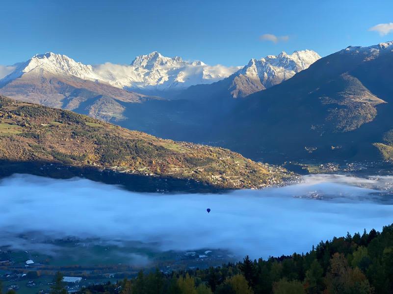 Mongolfiera buca lo strato di nubi creato dalla inversione termica