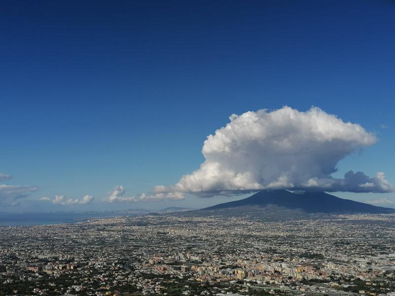 Cartolina da un Vesuvio che sembra stranamente in eruzione...