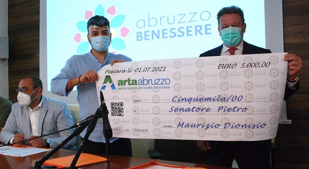 La premiazione di Pietro Senatore con il simbolico assegno di 5000€