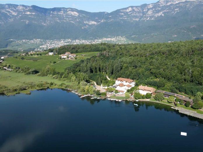 Il lago Piccolo di Monticolo in provincia di Bolzano ripreso dal drone